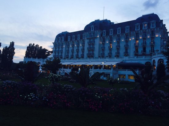 L'Imperial Palace: The back of the hotel and gardens at night.