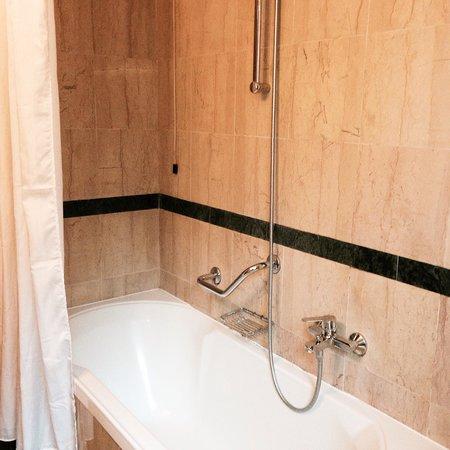 Hotel Santa Costanza: Bathroom in our room