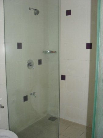 360 Xpress Citycenter Kuching: Shower room