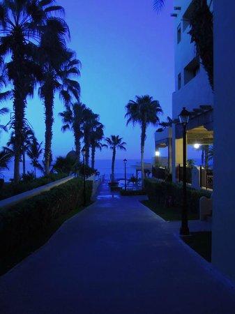 Hotel Riu Santa Fe : Pathway to pool & beach!