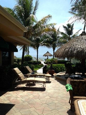 High Noon Beach Resort : Our tropical patio area