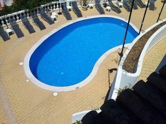 Hotel Mansao Bertolina : Vista sulla piscina e zona solarium dalla nostra stanza al terzo piano
