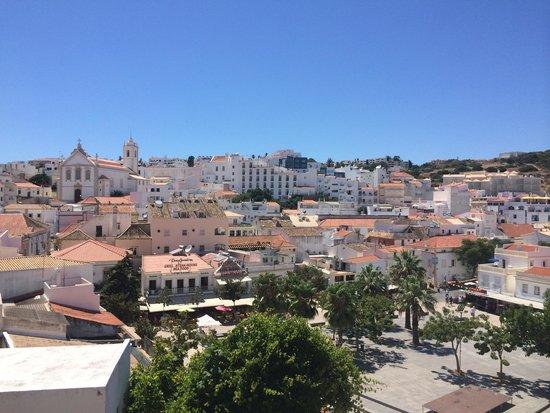 Hotel Mansao Bertolina : Vista dalla terrazza sulla piazza principale di albufeira