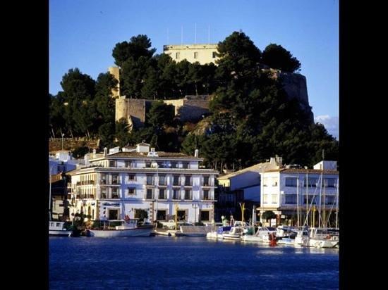 Hotel El Raset: El Raset til højre i billedet