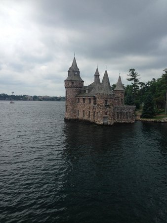 1000 Islands & Seaway Cruises: Castillo en medio del recorrido.