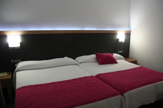 Flash Hotel Benidorm : Habitación con grandes camas