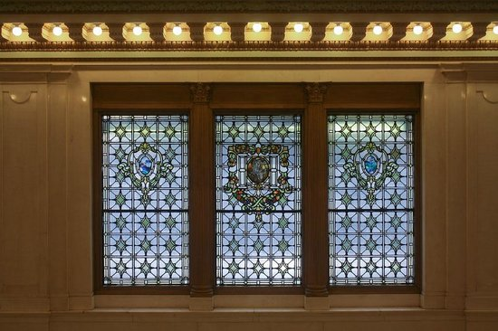 Kimpton Hotel Monaco Baltimore Inner Harbor: Tiffany stained glass in the lobby