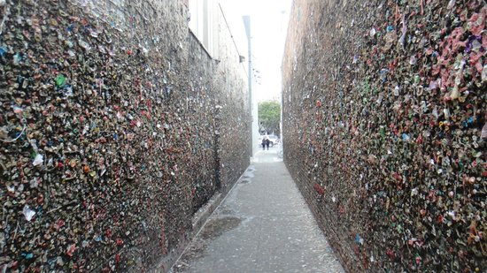 Bubblegum Alley: Vista a partir da Higuera St.