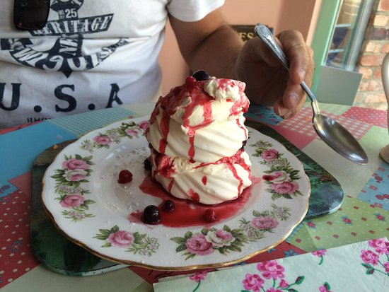 Times Gone by Cafe: Delicious summer fruits and cream meringue