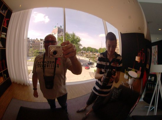 citizenM Rotterdam : Maak vooral een selfie in een van de woonkamers met de grote bollen..