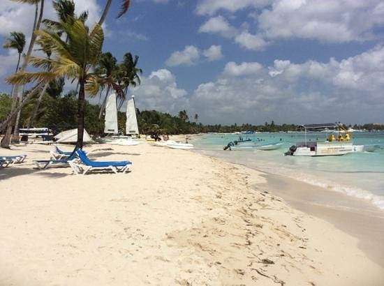 Dreams La Romana Resort & Spa : Beach looking towards Bayahibi