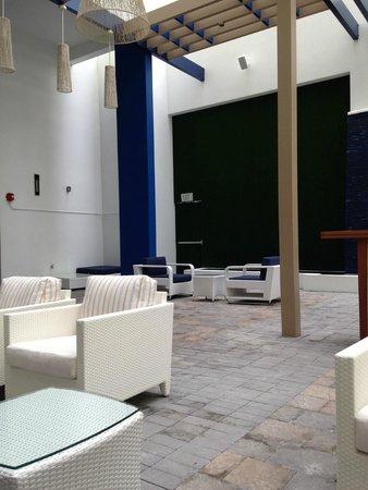 Hilton Cabana Miami Beach: outdoor lounge area