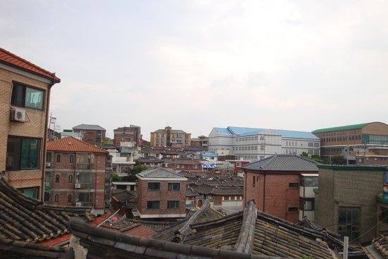 """Hanok-Dorf Bukchon: A view of the famous """"roofs"""""""