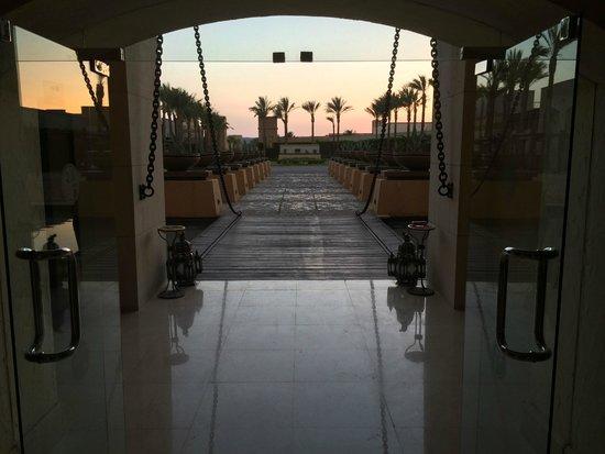 The Palace Port Ghalib: Blick vom Haupteingang hinaus