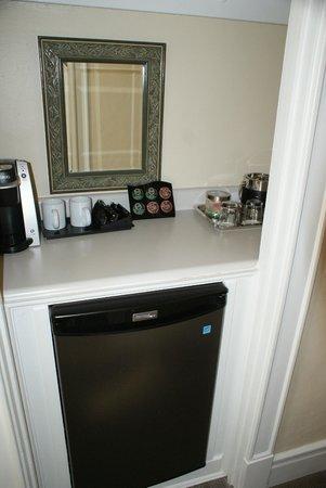 Chancellor Hotel on Union Square: Coffee/tea area and fridge etc