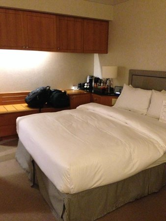 Metropolitan Hotel Vancouver : Bed and coffee maker