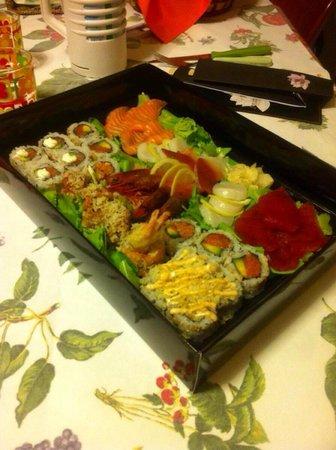 Jorudan Sushi : Box con uramaki e sashimi!! Buonissimo!!
