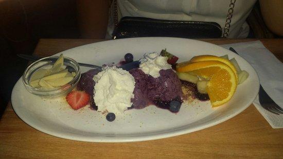 Restaurant Puk: Blueberry ice cream with cream and white chocolate