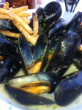 La Brasserie Bistro & Bar: Garlic butter white wine sauce on fresh mussels----yum !