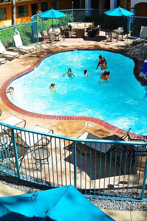 Quality Suites Central Coast: Pool and spa