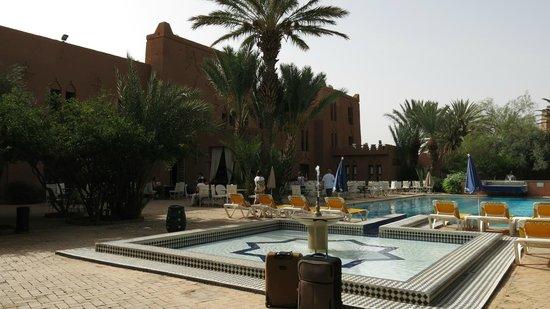 Hotel Ouarzazate Le Tichka: Pool & restaurant
