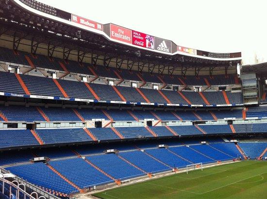 Stadio Santiago Bernabeu : Nice shot of Bernabeu from above the pitch