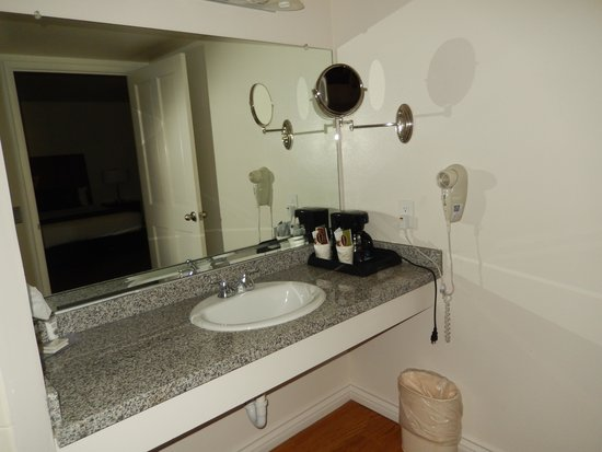 Royal Copenhagen Inn: Room 112 bathroom w/mounted magnifying mirror