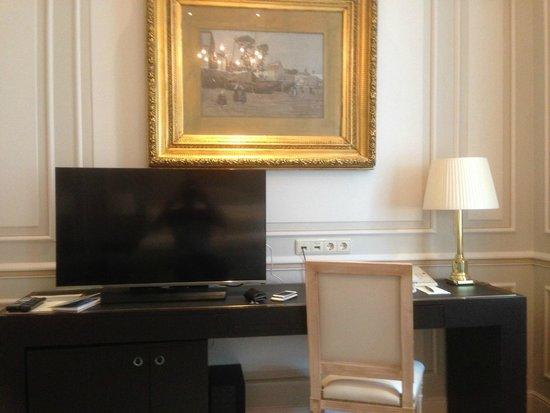 Hotel Sacher Wien: Tisch mit TV
