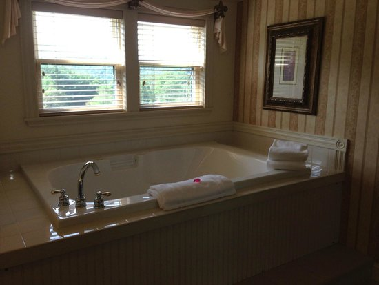 The Inn at Thorn Hill & Spa: Jacuzzi tub for two