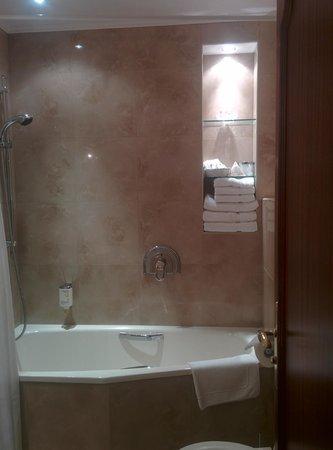 Louren Hotel: Bath