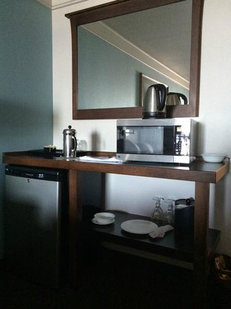 Inn at Nye Beach : French press, fridge and microwave. Glasses and plates.