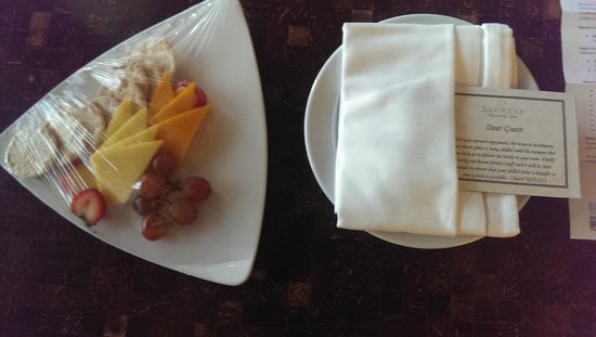 Secrets Wild Orchid Montego Bay : Honeymoon Package (Fruit, Cheese and Cracker Platter)