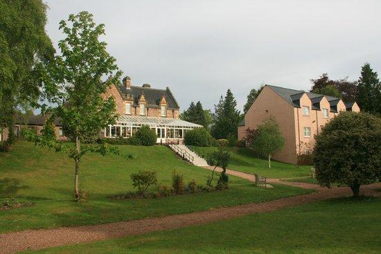 Best Western Plus Inverness Lochardil House Hotel: Gardens & annexe