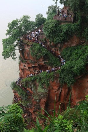 Leshan Giant Buddha (Da Fo) : The carved stone stairs by the Giant Buddha (wait until the afternoon to avoid the crowds)