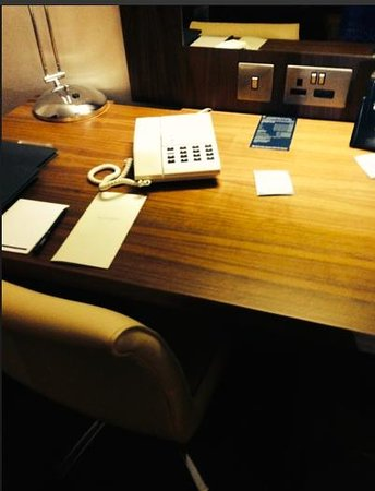 Hilton Edinburgh Airport: Plain laminated type of wood like desk in one of our rooms.