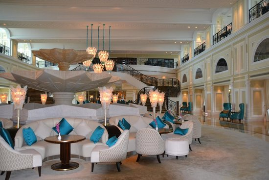 Waldorf Astoria Ras Al Khaimah: coffee lounge area with stunning staircase and fountain