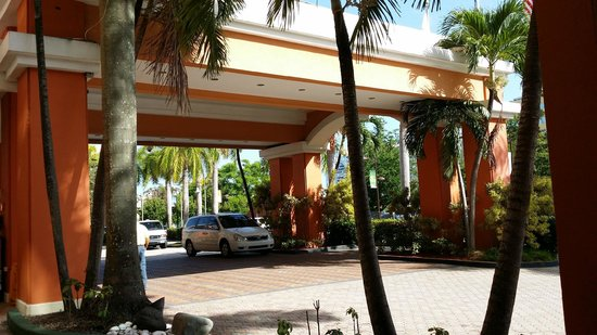 Embassy Suites by Hilton San Juan Hotel & Casino: Hotel Entrance