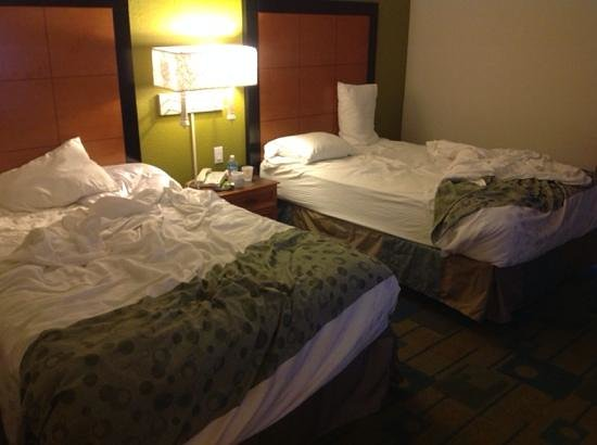 La Quinta Inn & Suites Greenville Haywood: Hotel is two for three in unmade beds by 3pm despite being alerted to guests' business pattern o
