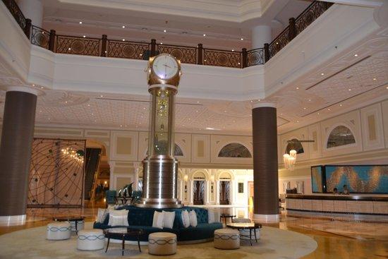 Waldorf Astoria Ras Al Khaimah: Beautiful brass and glass clock in foyer