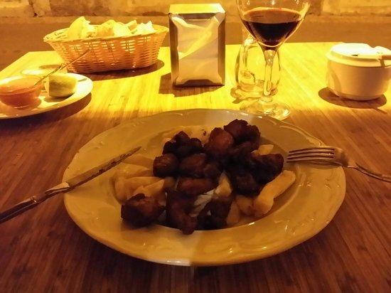 La Hierbita: Carne fiesta - media racion. Carne de cerdo macerada y frita ,acompañada de papas fritas del pa