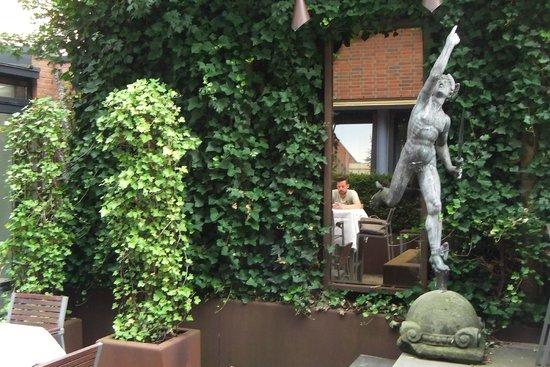 NH Groningen Hotel de Ville: binnenterrein; hier kun je ook dineren e.d.