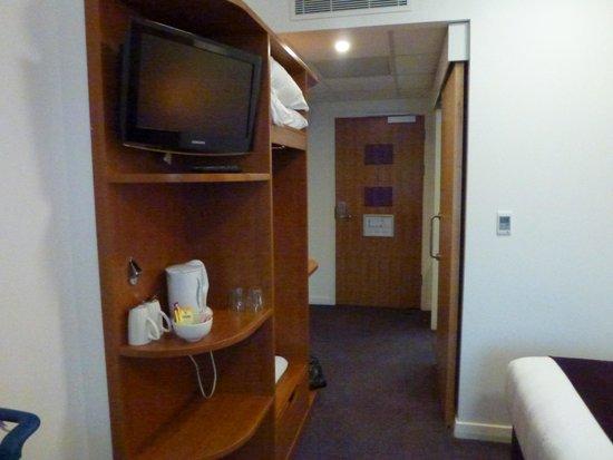 Premier Inn London Heathrow Airport Terminal 5 Hotel: Entrance and wall unit
