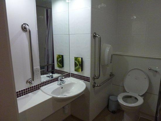 Premier Inn London Heathrow Airport Terminal 5 Hotel: Shower Room