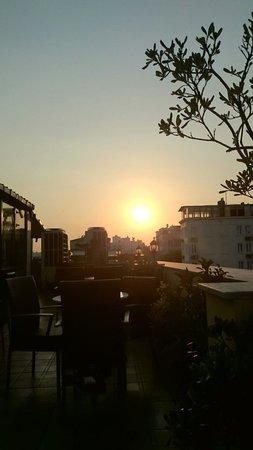 Amber Hotel: Sonnenuntergang auf der Terrasse