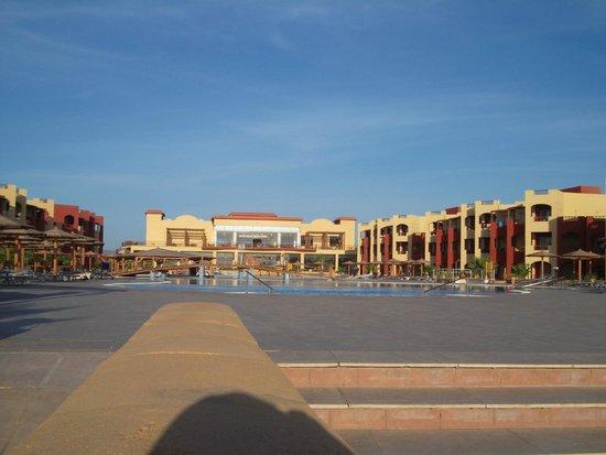 Magic Tulip Beach Resort : piscina e ristorante 2