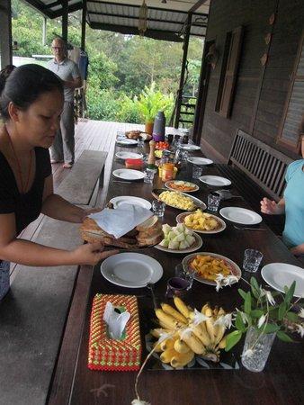 Kurakura Homestay: breakfast served on the verandah