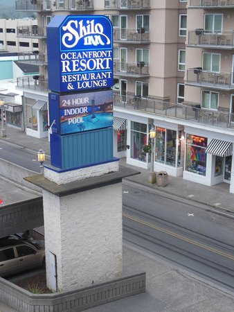 Shilo Inn Suites Hotel - Seaside Oceanfront: Street outside of room