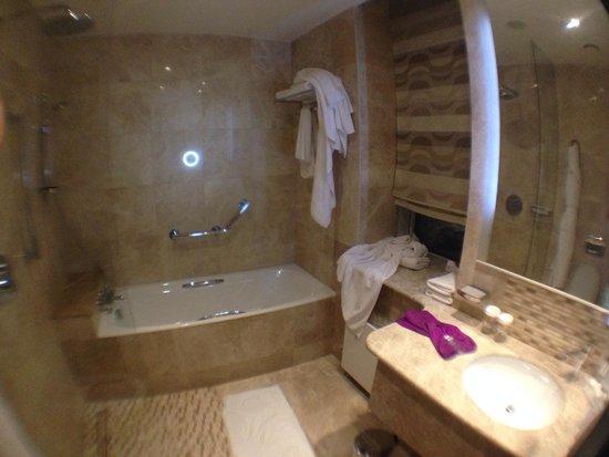 Crowne Plaza Moscow World Trade Centre: Ванна в клубном номере