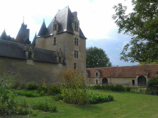 Chateau de Fougeres-sur-Bievre: Le jardin médiéval et le donjon.