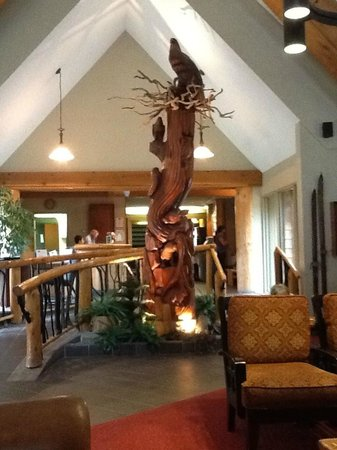 Manning Park Resort: Statue in lobby of Lodge.